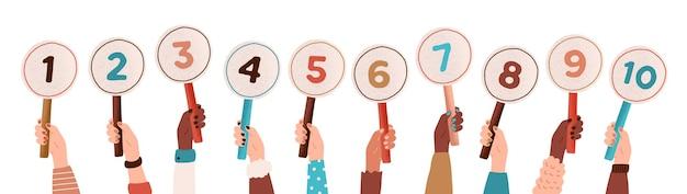 Verzameling van mannelijke en vrouwelijke handen met ronde kaarten of borden met het aantal behaalde scores in competitie, toernooi of wedstrijd