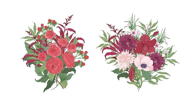 Verzameling van prachtige boeketten of trossen rode en roze wilde bloeiende bloemen