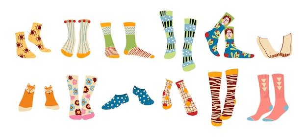 Verzameling van stijlvolle en grappige sokken met verschillende texturen op wit wordt geïsoleerd