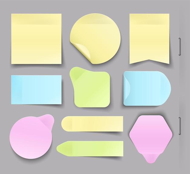 Verzameling van verschillende kleverige kantoorpapier, stickers met schaduw geïsoleerd op een grijze achtergrond.