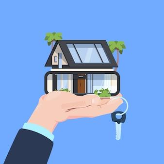 Verzekeringsdienst hand beschermend gebaar slimme huissleutel op blauwe achtergrond plat