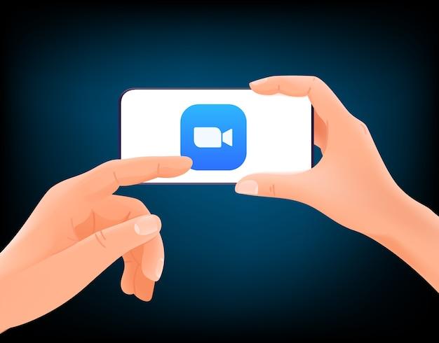 Videoconferentie begint. man met moderne smartphone en op het scherm te tikken
