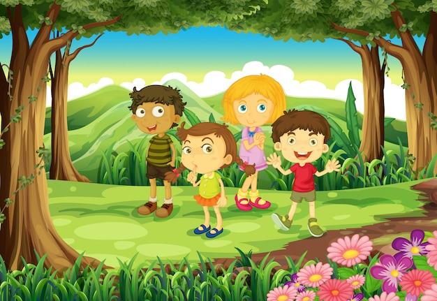 Vier kinderen in het bos
