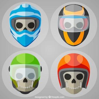 Vier schedels met gekleurde helmen
