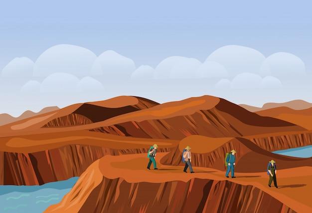 Vier toeristen lopen op de woestijnberg