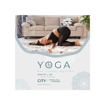 Vierkante flyer-sjabloon voor het beoefenen van yoga
