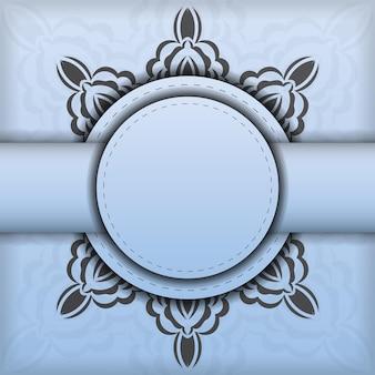 Vierkante vector voorbereiding van ansichtkaarten in blauwe kleur met luxe zwarte ornamenten. sjabloon voor ontwerp afdrukbare uitnodigingskaart met vintage patronen.