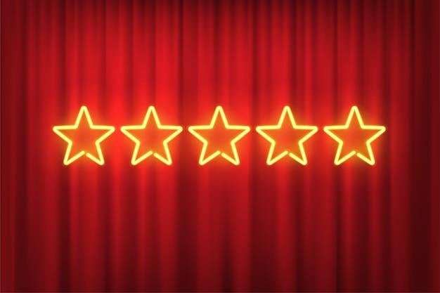 Vijf gele neonsterren rating ontwerpelement geïsoleerd op rood gordijn achtergrond.