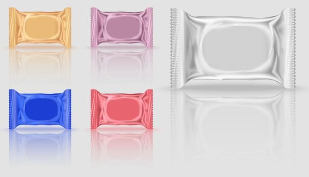 Vijf lege koekjespakket in verschillende kleuren, oranje en rood, paars en blauw.