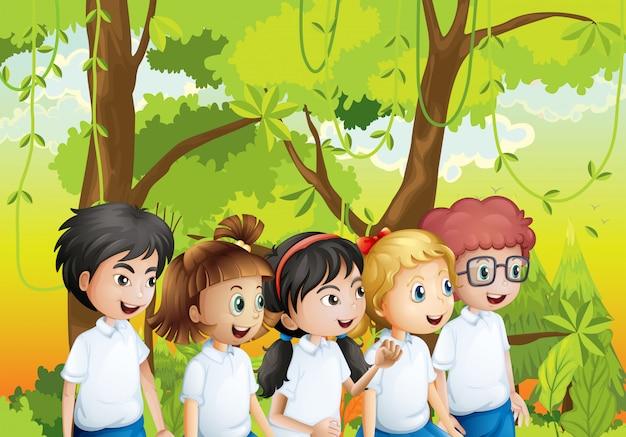 Vijf studenten in het bos