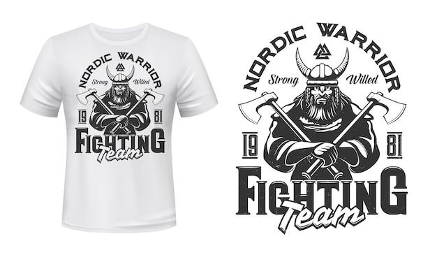 Viking krijger mascotte t-shirt afdruksjabloon. brute, bebaarde viking in harnas, gehoornde helm, strijdbijlen in handen. sportteam of club embleem, kleding aangepaste print