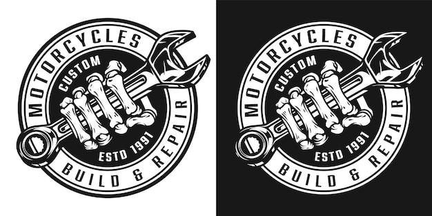 Vintage aangepaste motorfiets ronde badge met skelet hand met moersleutel in zwart-wit stijl