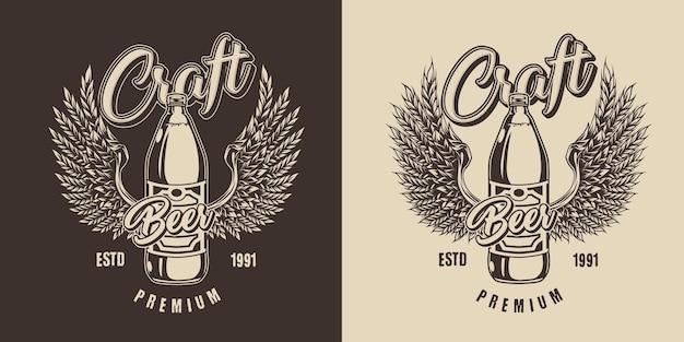 Vintage ambachtelijk bier monochroom label met plastic fles alcoholische drank en gerstoren in de vorm van adelaarsvleugels