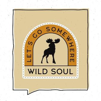 Vintage avontuur badge afbeelding ontwerp. buitenembleem met elandsilhouet en tekst - laten we ergens heen gaan, wilde ziel. ongewone patch in hipster-stijl. voorraad vector.