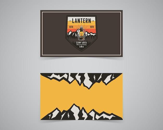 Vintage avontuur badge afbeelding ontwerp. buitenembleem met kamplantaarn, bergen en tekst - en zo begint het avontuur. ongewone patch in hipster-stijl. voorraad vector.