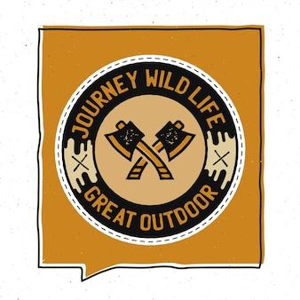 Vintage avontuur badge afbeelding ontwerp. outdoor embleem met bijlen en tekst - journey wild life great outdoor. ongewone patch in hipster-stijl. voorraad vector.