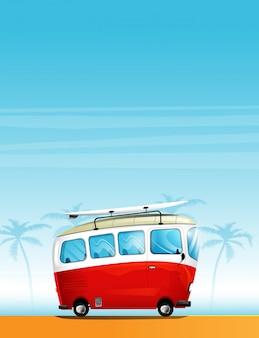 Vintage busje op het strand met een surfplank op het dak.