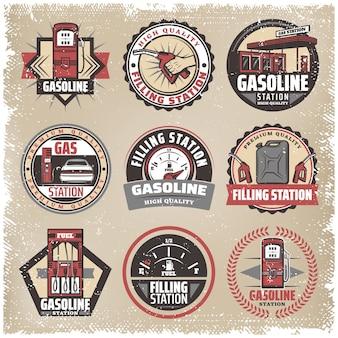 Vintage gekleurde tankstation labels set met benzine pompen bus brandstofmeter auto bijvullen benzine mondstuk geïsoleerd
