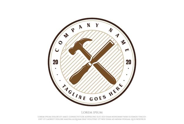 Vintage gekruiste hamer beitel timmerwerk houtbewerking logo ontwerp vector