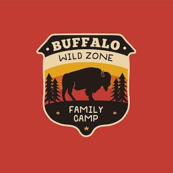 Vintage hand getekend wildlife logo patch met bizon, bos. illustratie.