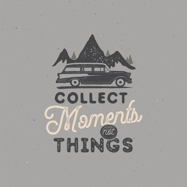 Vintage hand getekende camping badge en embleem. wandellabel. outdoor avontuur inspirerende logo. typografie retro stijl. motiverende quote - verzamel momenten. voor prints, t-shirts. vector geïsoleerd.