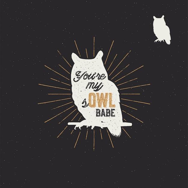 Vintage handgetekende dierenetiket. tribal badge met getextureerde uil, zonnestralen en typografie. goed voor retro-stijl t-shirt, tee-ontwerpen, print, mokken enzovoort. illustratie geïsoleerd op zwart
