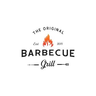 Vintage hipster grill barbeque uitnodiging partij barbecue bbq met gekruiste vork spatel en vuurvlam logo ontwerp