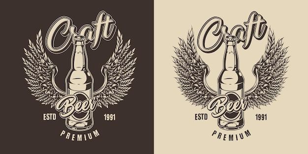 Vintage label brouwen in zwart-wit stijl met glazen bierfles en adelaarsvleugels gemaakt van tarweoren