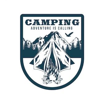 Vintage logo, print kledingontwerp, illustratie van embleem, patch, badge met kamperen in bos, kampvuur, oude tent, bergen. avontuur, reizen, zomercamping, buiten, natuurlijk, op reis.