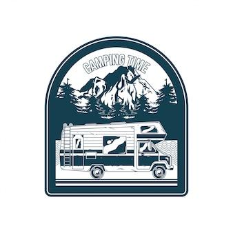 Vintage logo, print kledingontwerp, illustratie van embleem, patch, badge met klassieke gezinscamper voor caravanning op bergen. avontuur, reizen, zomercamping, buiten, natuurlijke reis
