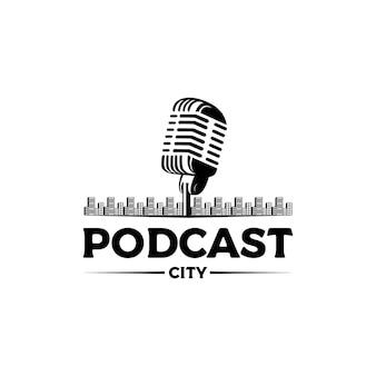 Vintage microfoon stad podcast logo ontwerp vector