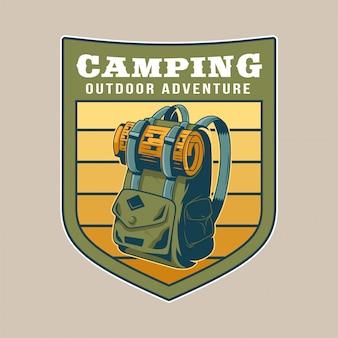 Vintage oude rugzak voor op reis met wat spullen voor op reis. avontuur, reizen, zomer kamperen, buiten, natuurlijk.