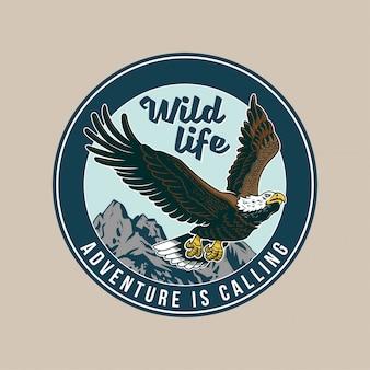 Vintage patch, met klassiek amerikaans wild adelaarsvogelroofdier in de vlieg. avontuur, reizen, zomer kamperen, buiten, ontdekken, natuurlijk.