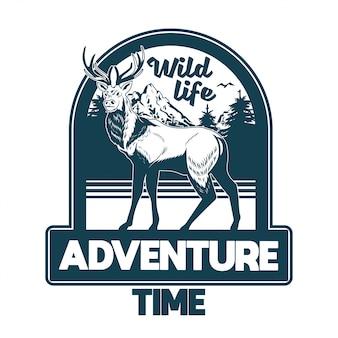 Vintage stijl print ontwerp illustratie van embleem, patch, badges met wilde dieren bosherten met grote hoorns met bomen en bergen. avontuur, reizen, kamperen, buiten, natuurlijk, concept.