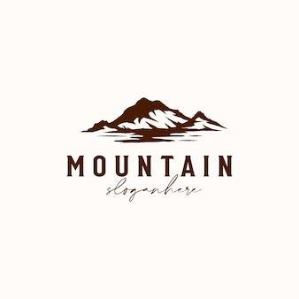 Vintage sunrise mountain pine tree groenblijvende boom voor buiten avontuur logo ontwerpsjabloon
