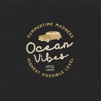 Vintage surfen. ocean vibes met surfauto en retro typografie