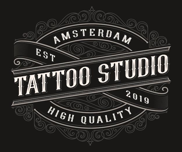 Vintage tattoo-logo op de donkere achtergrond. alle items en tekst zijn in aparte groepen