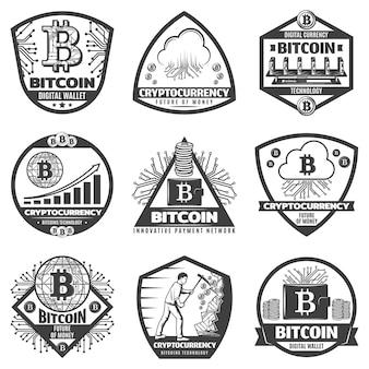 Vintage zwart-wit crypto valuta-etiketten set met bitcoin teken netwerkserver computerhardware grafieken mijnbouwproces munten geïsoleerd