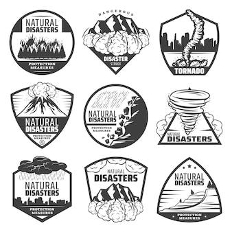 Vintage zwart-wit natuurrampenetiketten met wildvuur aardverschuiving lawine tornado vulkaanuitbarsting onweer regenval overstroming geïsoleerd