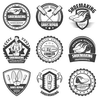 Vintage zwart-wit schoenmaker emblemen set met inscripties schoenmaker houten laars reparatie instrumenten en gereedschappen geïsoleerd