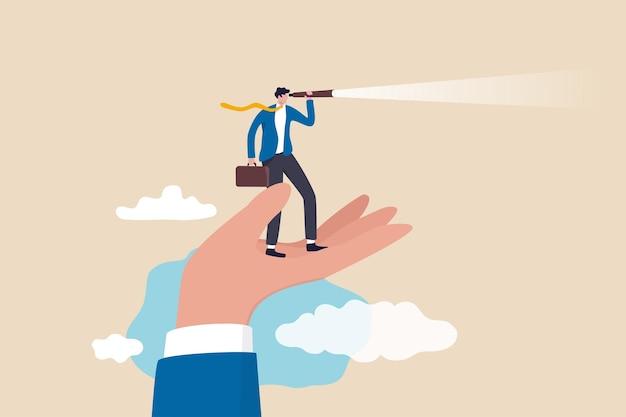 Visie om kansen, ondersteuning of empowerment te zien voor loopbaanontwikkeling, succeskans of visionair om het concept van de reis vooruit te zien, zakenman staat op de ondersteunende hand en kijkt naar telescoopvisie.