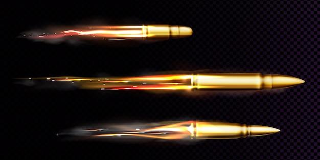 Vliegende kogels met vuur en rooksporen. realistische set van afgevuurde kogels verschillende kalibers afgevuurd van wapen, pistool of pistool met rookspoor geïsoleerd op transparante achtergrond