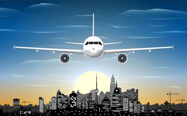 Vliegtuig en stadshorizonsilhouet bij nacht