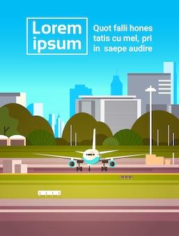 Vliegtuig op baan vóór start moderne stad