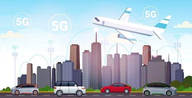 Vliegtuig vliegt over slimme stad 5g online communicatienetwerk draadloze systemen verbindingsconcept vijfde innovatieve generatie van high speed internet moderne stadsgezicht achtergrond horizontaal
