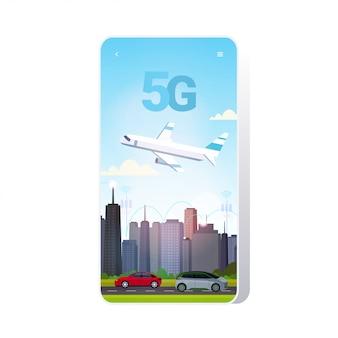 Vliegtuig vliegt over slimme stad 5g online communicatienetwerk draadloze systemen verbindingsconcept vijfde innovatieve generatie van internet stadsgezicht achtergrond smartphone scherm mobiele app