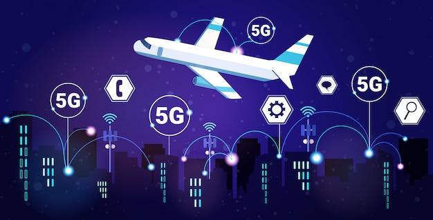 Vliegtuig vliegt 's nachts slimme stad 5g online communicatienetwerk draadloze systemen verbinding concept vijfde innovatieve generatie van high-speed internet moderne stadsgezicht achtergrond horizontaal