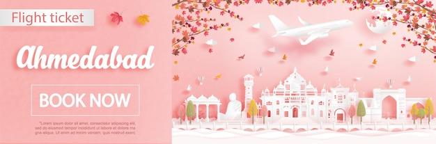 Vlucht- en ticketreclamemalplaatje met reizen naar ahmedabad, india in het herfstseizoen gaan over vallende esdoornbladeren en beroemde bezienswaardigheden in papierstijl