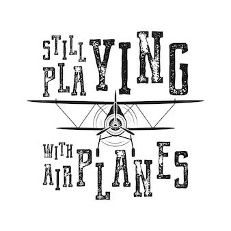 Vluchtposter - nog steeds aan het spelen met vliegtuigen citaat. retro zwart-wit stijl. vintage hand getekend vliegtuigontwerp voor t-shirt, mok, embleem of patch. voorraad vector retro illustratie met tweedekker en tekst.