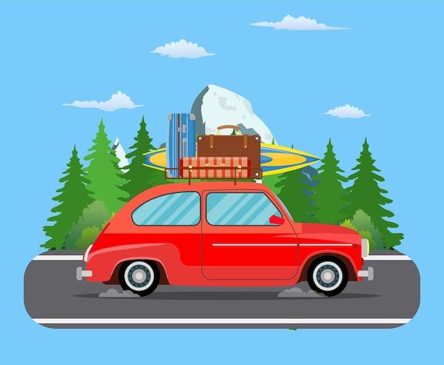 Voertuigtransport met surfplank en koffers die op de weg van het bosgebied rijden.